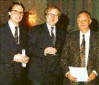 Überreichung des Innovationspreises              an Herrn Christian Lohse aus den Händen von Minister Brüderle.